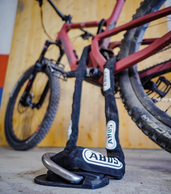 Sicherung eines Fahrrads mit Bodenanker