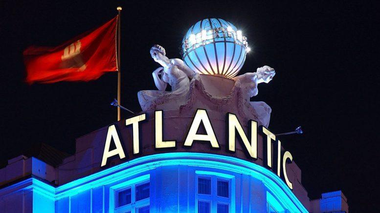 Die Weltkugel des Hamburger Hotel Atlantic bei Nacht