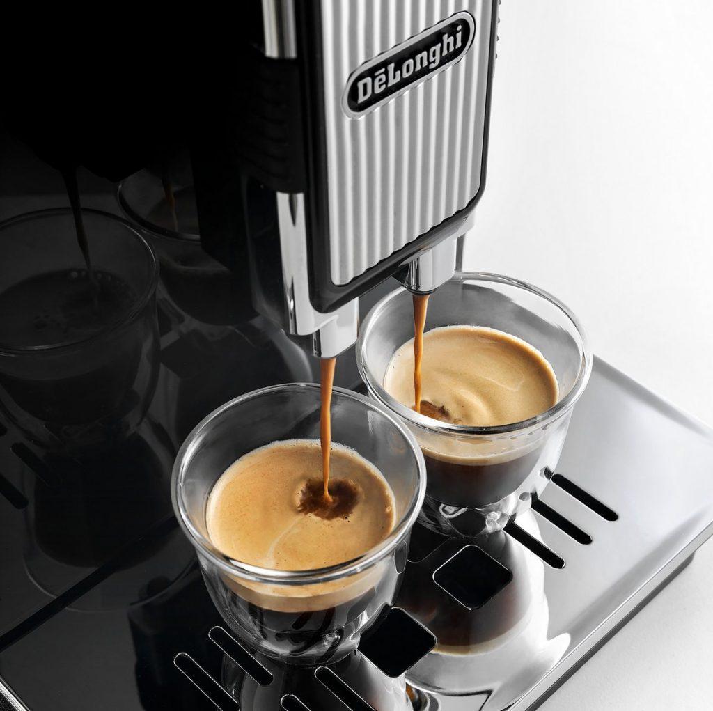 De'Longhi Kaffeevollautomat mit zwei Espressotassen