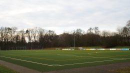 Kunstrasen Fußballplatz im Winter des Duvenstedter SV in Hamburg