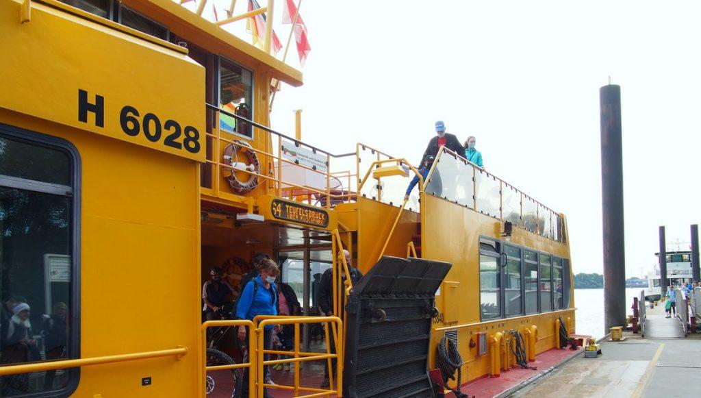 Eine Hafenfähre legt in Teufelsbrück an