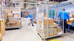 Pakete werden sortiert in einem Hermes Logistikcenter