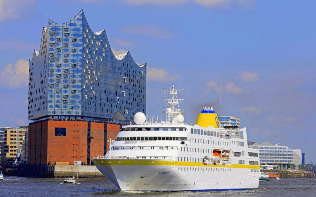 MS Hamburg im Hamburger Hafen vor der Elbphilharmonie