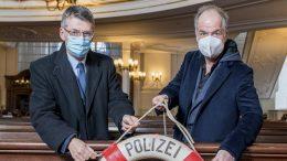 Im Hamburger Michel mit Rettungsring der Polizeipräsident Hamburg und Marek Erhardt