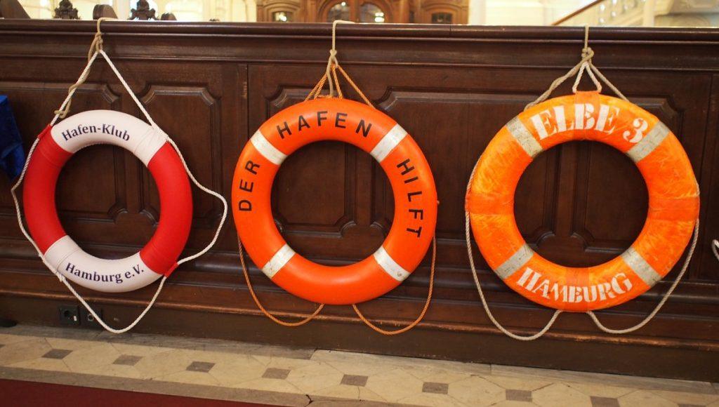 Die Aktion Rettungsringe im Hamburger Michel. Original Rettungsringe von Schiffen im Kirchenschiff der St. Michaelis Kirche Hamburg