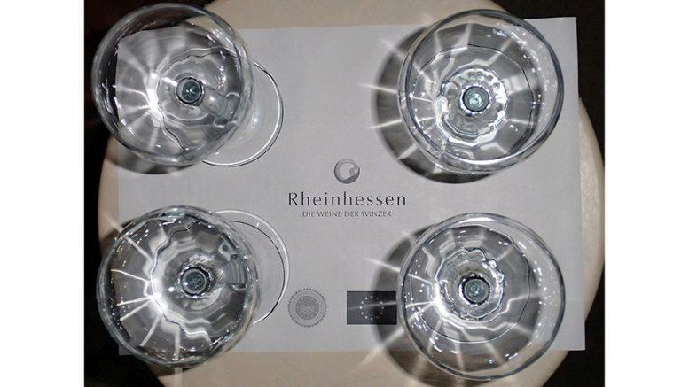 Gläser für eine Rheinhessen Weinprobe von oben fotografiert