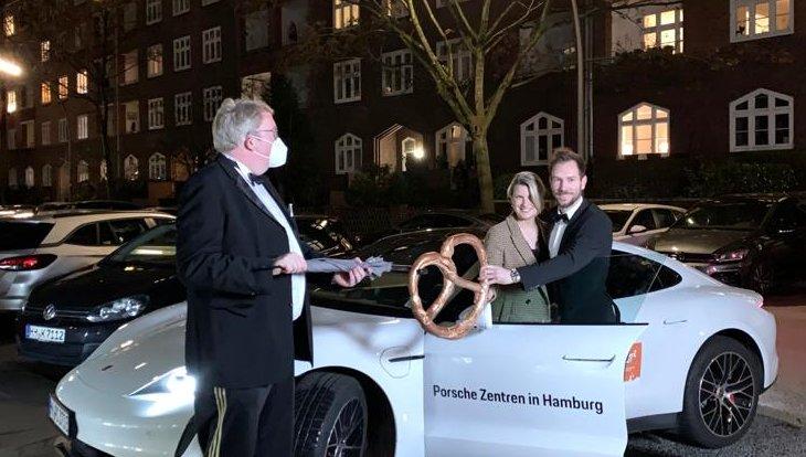 Übergabe der goldenen Brezel mit Porsche Taycon