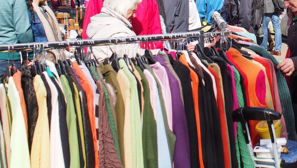 Kleiderständer auf einem Flohmarkt
