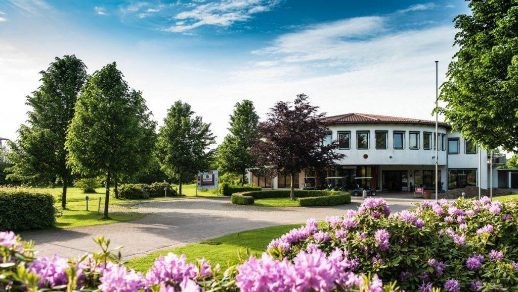 Blick auf das Clubhaus vom Golfclub Brunstorf