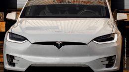 Tesla Model X von vorn in weß