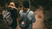 Zwei junge Mädchen mit Schulrucksäcken