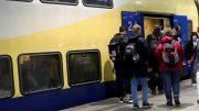 Fahrgäste steigen in den Metronom Zug im Hamburger Hauptbahnof