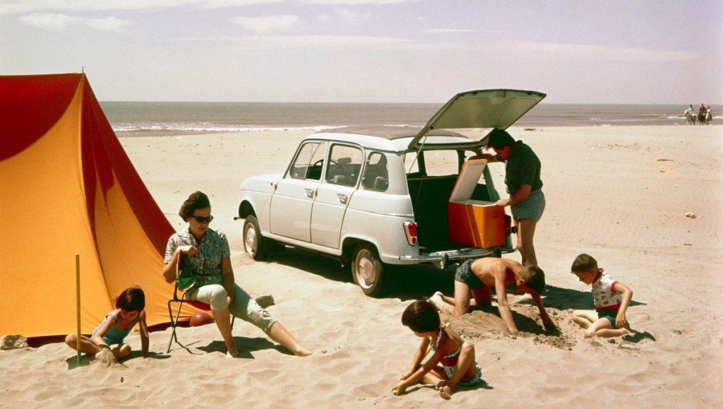 Renault R4 am Strand mit Familie, Kindern und Zelt