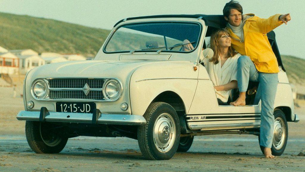 Werbeforto aus den 1970er Jahren Renault Plein Air am Strand mit Paar