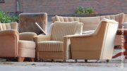 Sperrmüll und Entrümpelung - alte Möbel am Straßenrand