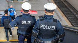 Bundespolizei geht auf dem Hamburger Hauptbahnhof Streif und steigt eine Treppe hinab
