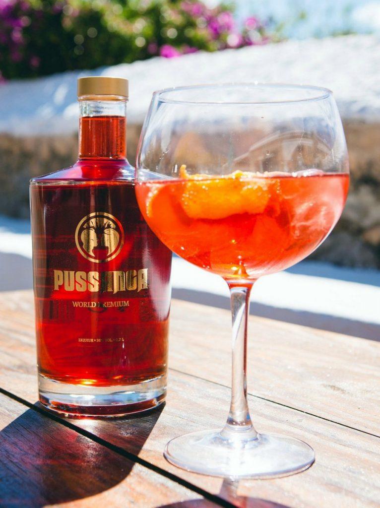 Pussanga Cocktail - Glas mit Flasche