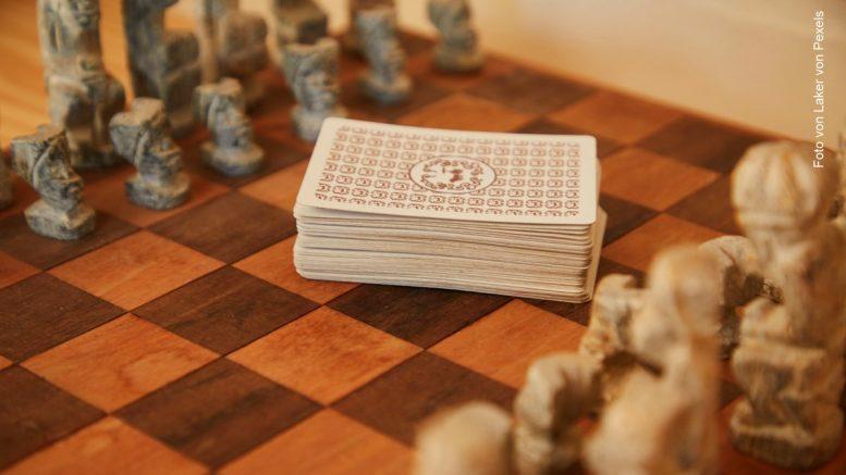 Historisches Schachspiel mit Spielkarten