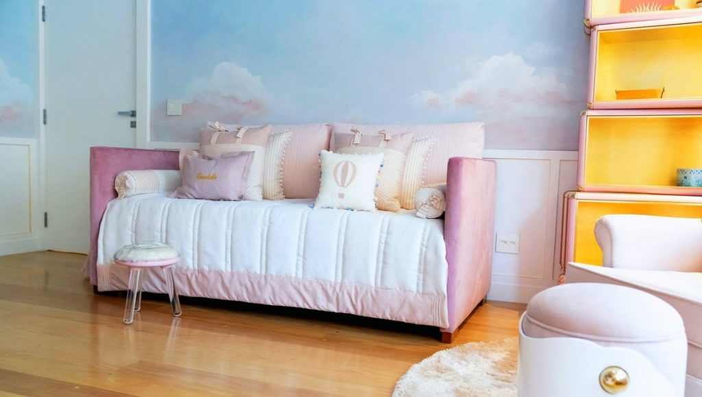 Rosa Sofa in einem Mädchenzimmer