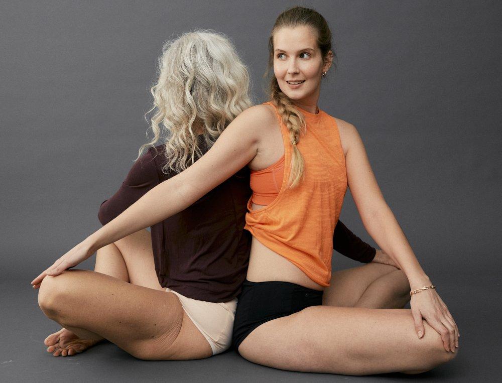 Zwei Frauen jung und älter beim Yoga