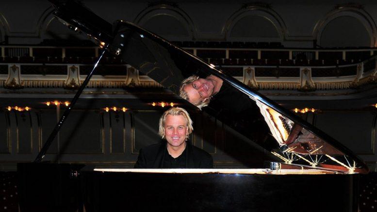 Pianist Silvan Zingg am Flügel