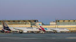 zwei Flugzeuge auf dem Vorfeld des Hamburger Flugplatzes