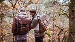 Zwei Männer mit Lederrucksack machen bei der Rebreast Geo Rallye mit