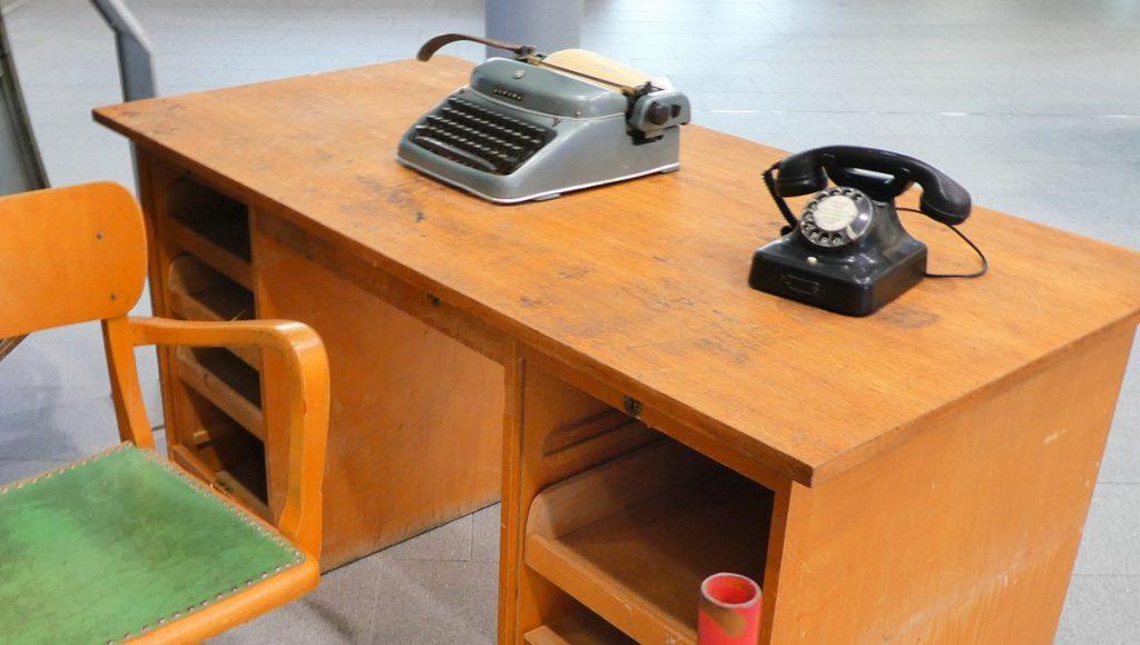 Schreibtisch mit Schreibmaschine und Telefon