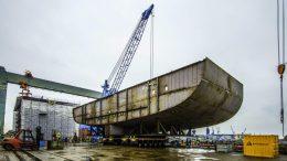großes Stahlbauteil am Kran