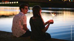 Paar am Fluß am Abend