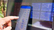 Monitor und Smartphone mit Börsenkursen