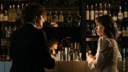 Paar unterhält sich in einer Bar
