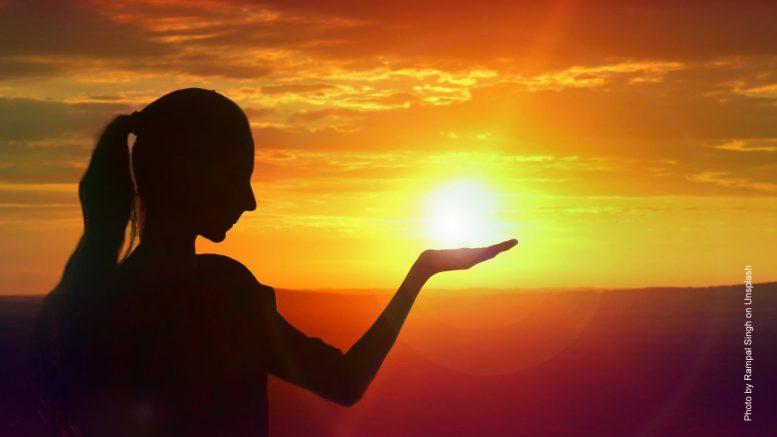 Eine Frau vor einem Sonnenuntergang