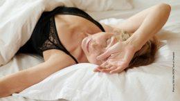 Frau im Bett am Morgen