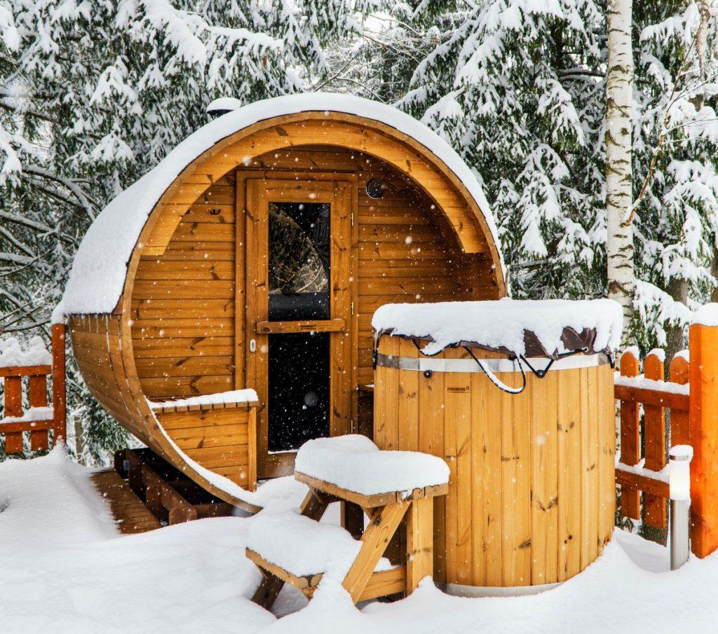 Fasssauna im Winter und Schnee