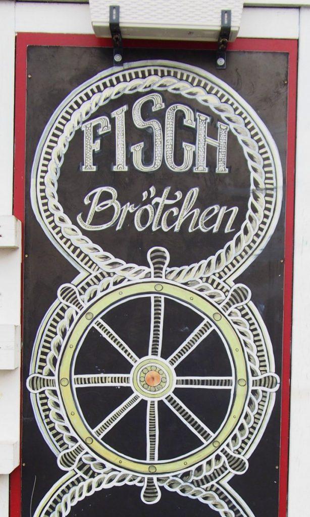 Eine Werbetafel für Fischbrötchen in Flensburg