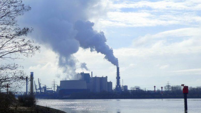 Kohlekraftwerk Moorbert im Gegenlicht