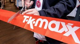 Das Eröffnungsband wird durchgeschnitten. Start TK Maxx Filiale im Phoenix Center Hrburg
