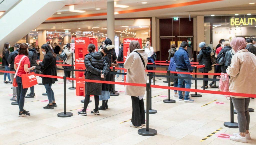 Corona Warteschlange vor dem neuen TK Maxx Store im Phönix Center