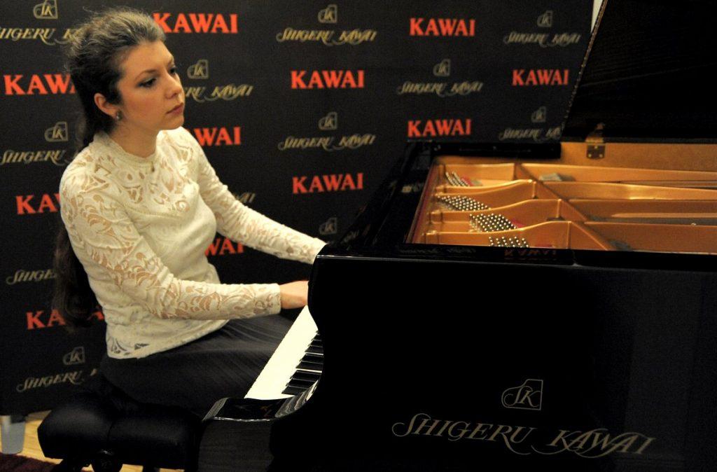 Sofja Gülbadamova  spielt auf dem Flügel