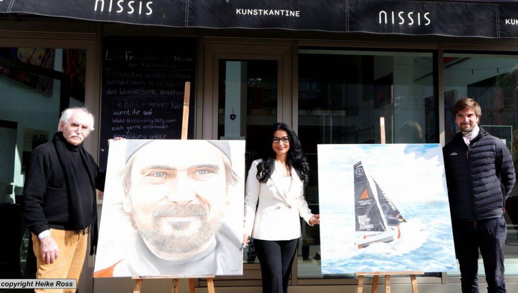 H.J. Gottschalk - Nissi Roloff-Ok - Boris Herrmann präsentieren die Charity Auktionsbilder vor Nissis Kunstkantine in der HafenCity