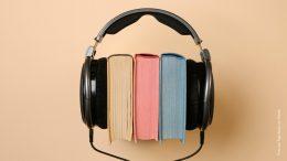 Kopfhörer mit Büchern