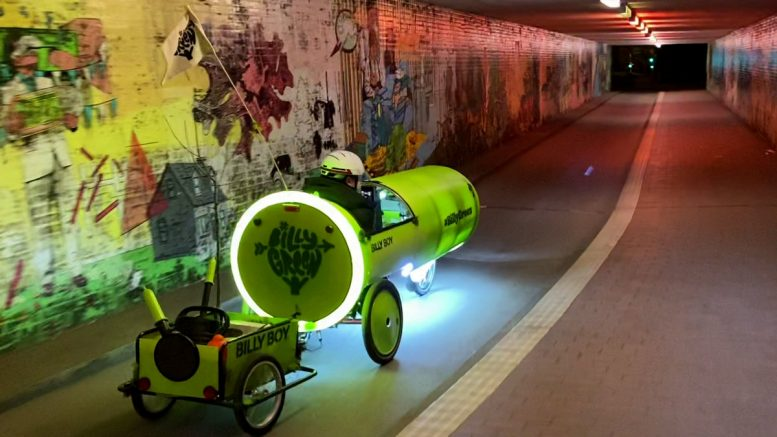Billy Boy Liegerad im Tunnel mit Anhänger