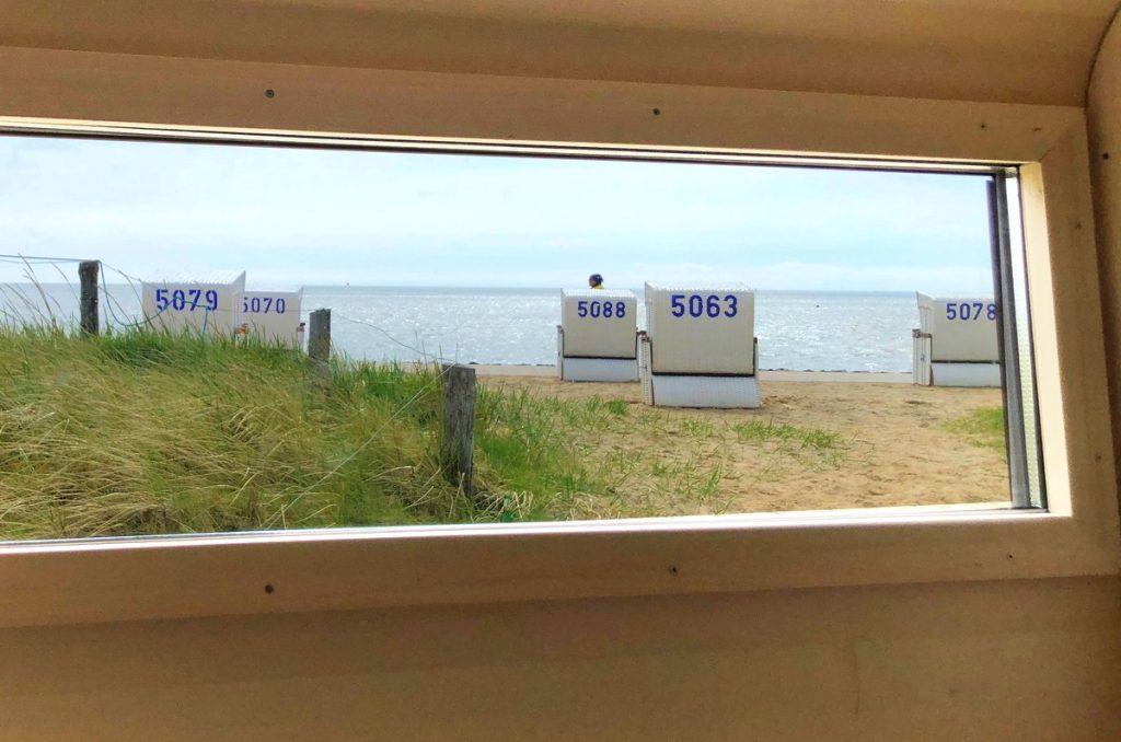 Blick aus der Strandkorbsauna durchs Fenster auf den Büsumer Strand