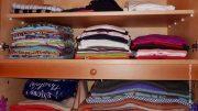 Kleidung in einem Kleiderschrank