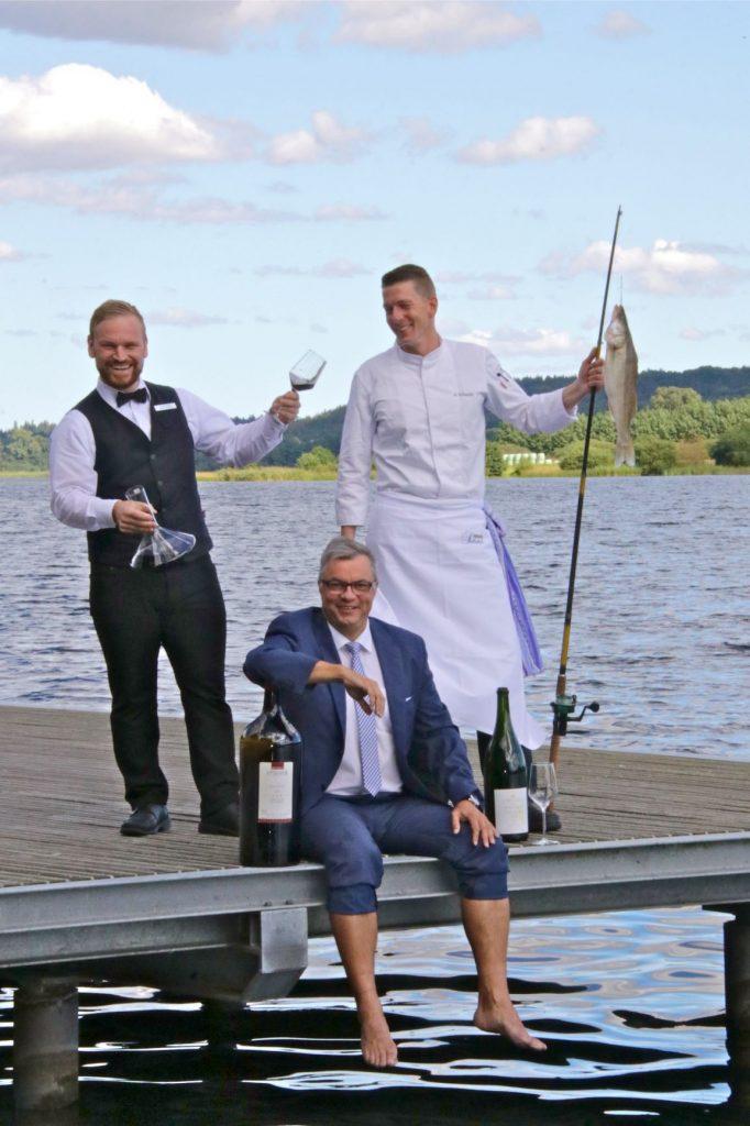 Das Leitungsteam vom Vitalia Seehotel: Direktor Guido Eschholz (m) mit Restaurantleiter Arnd Schlegel () und Küchenchef Andreas Schmidt  auf einem Bootssteg