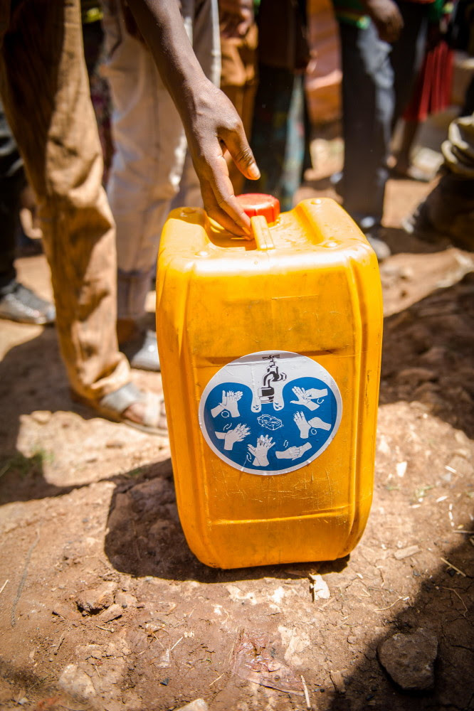 Wasserkanister von Viva con Agua in Afrika