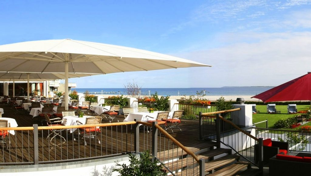 Hotel Terrasse an der Ostsee mit Sonnenschirmen