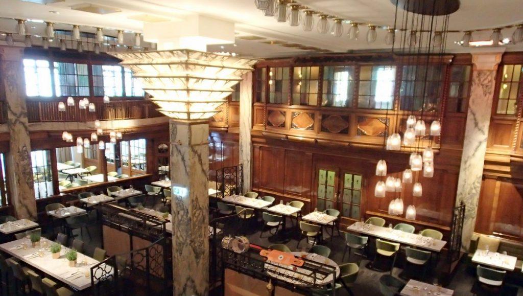 Blick in das Stadtrestaurant des Reichshof Hamburg