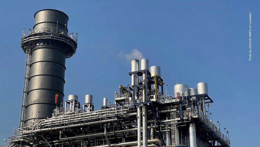 Öl-Raffinerie vor blauen Himmel